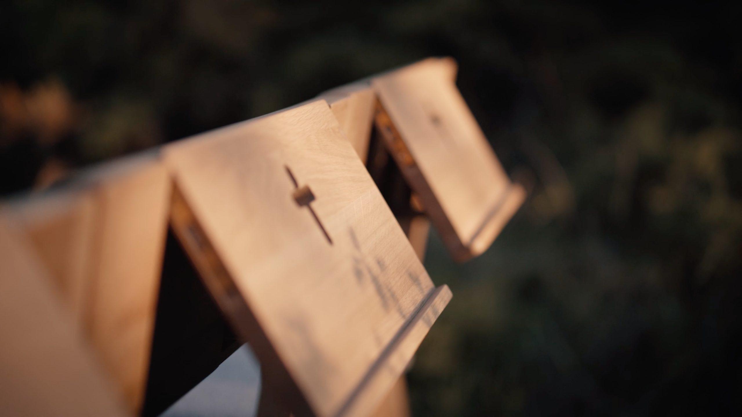 ZOE Kirchenbank zum Verkauf mit einem einziehbaren Bibelhalter in der Frühlingsnatur.