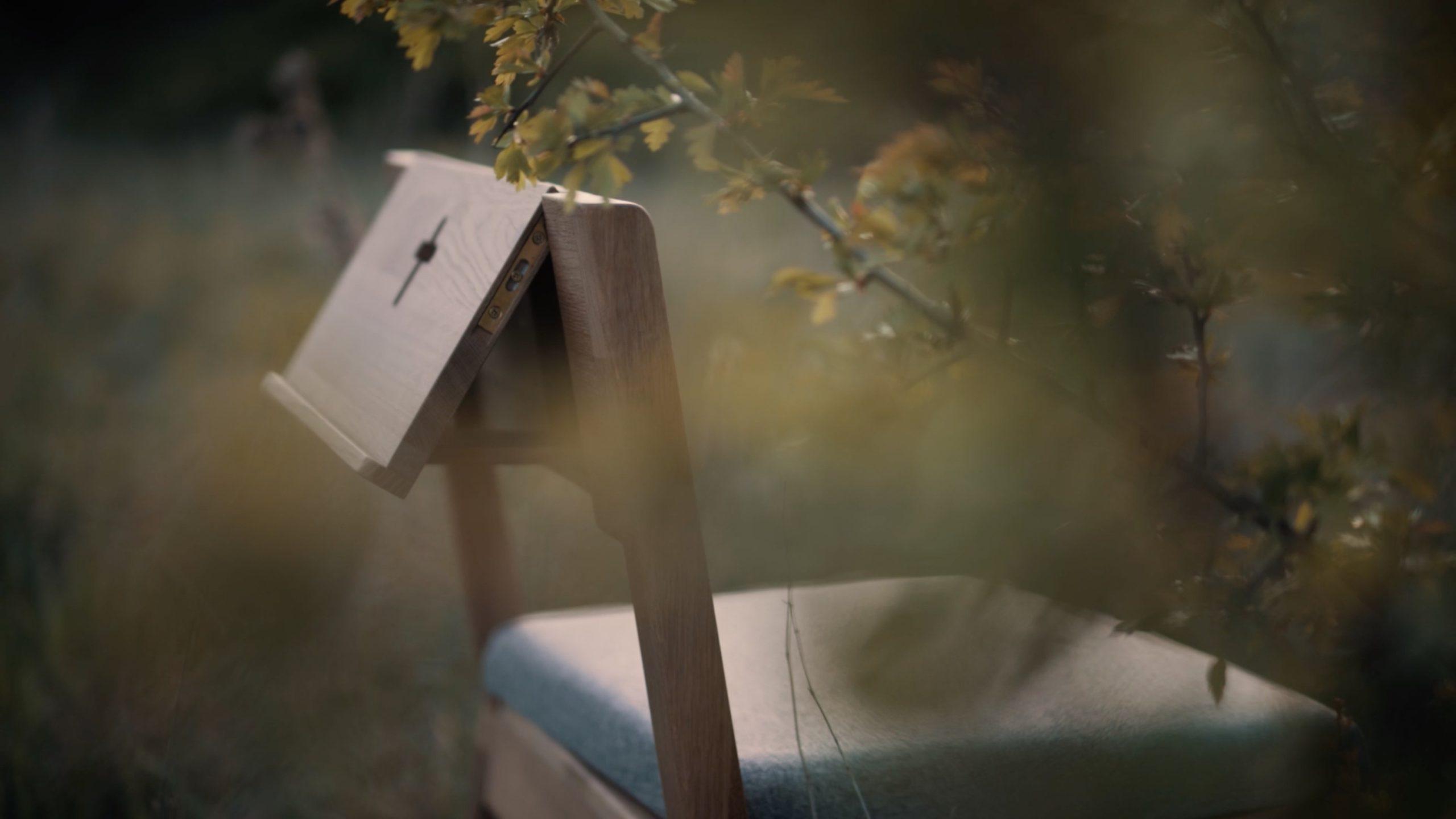 ZOE Kirchenstuhl mit einziehbarer Schlinge auf der Bibel in der Frühlingsnatur.