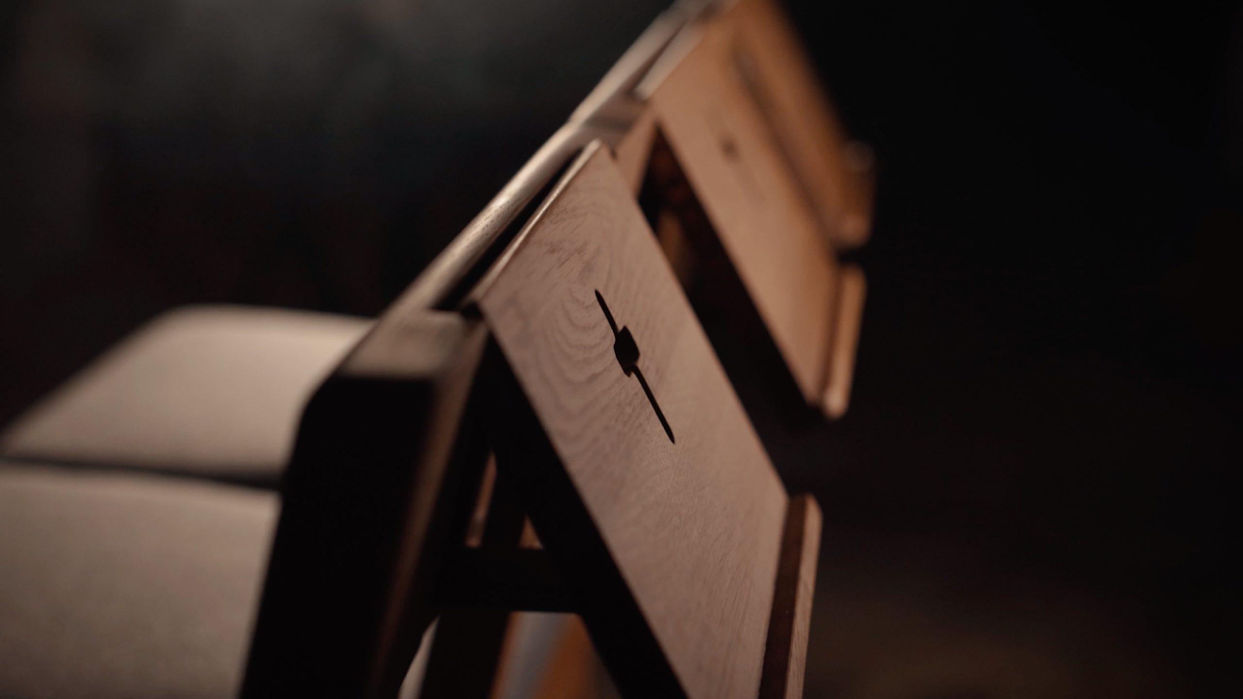 Kaufen Sie hölzerne Kirchenbänke, die durch Verbinden von Stühlen aus Eichenholz hergestellt wurden.