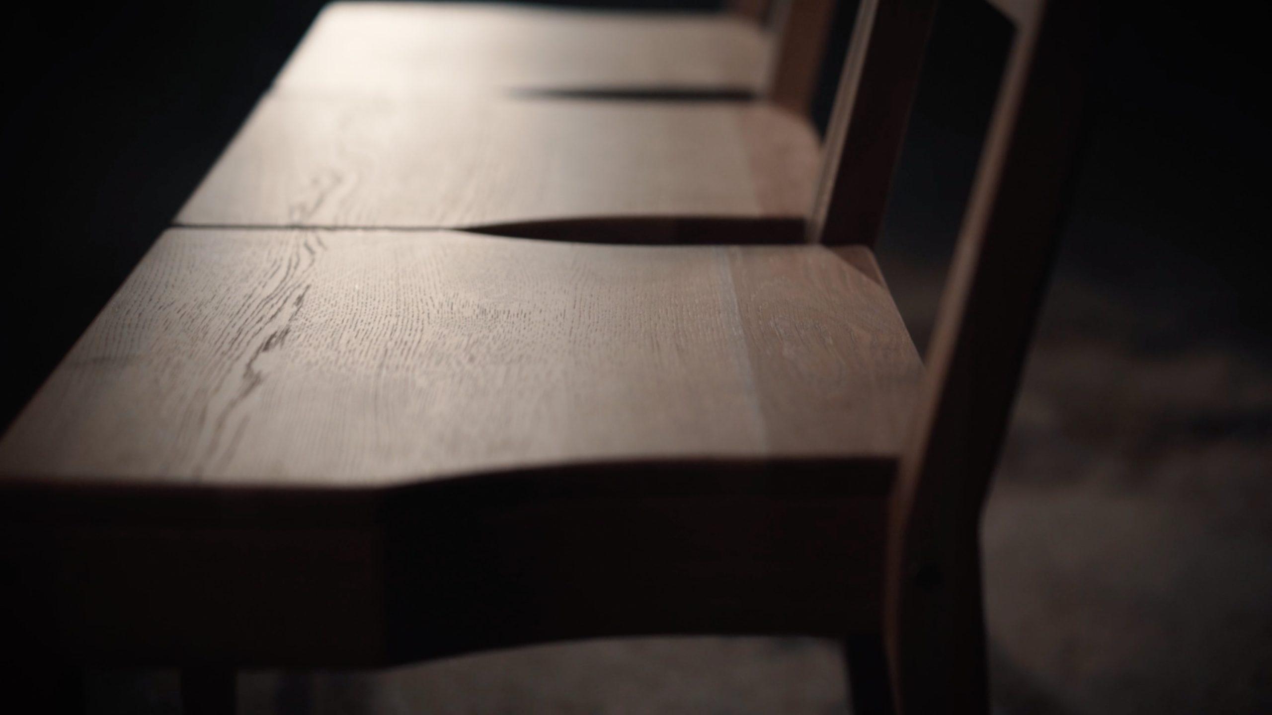 Stapelbarer hölzerner Kirchenstuhl, der mit der hölzernen Kirchenbank verbunden werden kann.