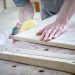 Bearbeitung und Schleifen der Eichenholz-Rückenlehne des in Produktion befindlichen ZOE-Kirchenstuhls