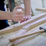 Slowakische Herstellung von hölzernen Kirchenstühlen und Kirchenbänken aus Massivholz.
