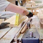Sägen von Holz in der Produktionshalle für den Sitzbereich der ZOE-Kirchenbank.