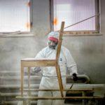 Oberflächenbehandlung der Holzkonstruktion eines Kirchenstuhls beim Hersteller in Ružomberok.